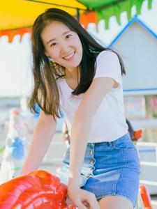 夏日内的长腿妹子清爽笑容阳光迷人