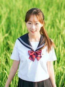 田野中的馬尾校服少女自然柔美寫真