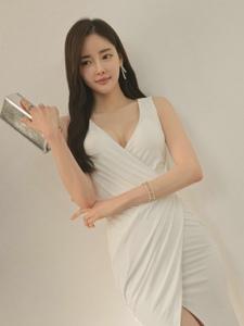 大气模特洁白长裙清新怡人雪白美胸遮挡不住