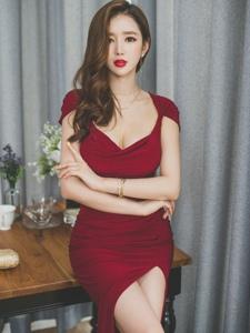 雍容华贵美模鲜艳红裙眼神迷离长腿吸晴