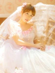 阳光私房内的白纱少女花朵般娇嫩