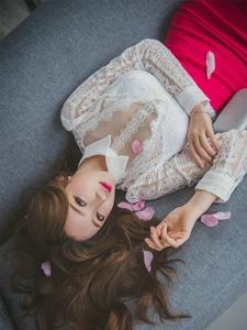 花瓣美模优雅舒适的躺在沙发上精致脸庞迷人