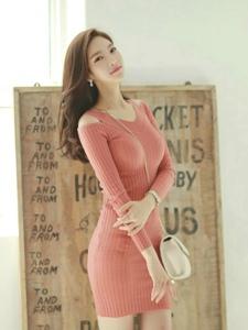 粉红毛衣裙美模笑容甜美迷逝众人秀完美曲线
