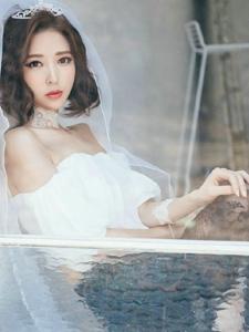 梦幻头纱裸肩蕾丝裙美模倚靠窗台看远方