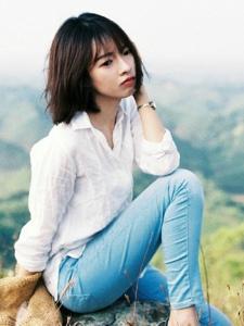 徒步短发牛仔裤美女自然温柔写真