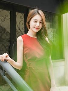 街頭橘色連衣裙模特笑容甜美步伐優雅