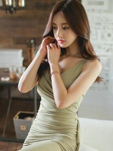 清新薄荷裙模特坐在沙发上优雅端庄