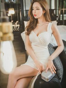 臥室內的冷艷美模低胸裙大秀美乳優雅躺在沙發