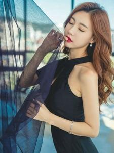 窗帘美模黑裙优雅妩媚高挑迷人展现完美身姿