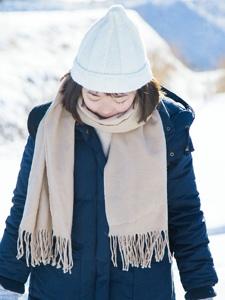 雪地上的可爱圆脸妹子嬉戏玩耍写真