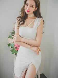 甜笑美模洁白长裙手?#38376;?#33457;娇美可人