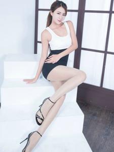 白领制服美女Miso前凸后翘丝袜美腿魅惑
