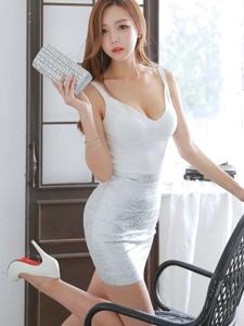 翘腿美模低胸裙美乳诱惑妩媚动人