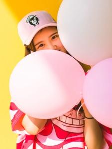 明媚少女色彩斑斓气球嬉戏玩耍写真