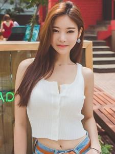 韓系美女粉嫩破洞牛仔褲街拍誘惑寫真