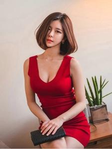 温暖私房内的短发模特鲜艳红裙体态修长妖艳