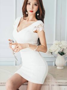 夢幻私房內的爬桌美模白裙翹臀誘惑