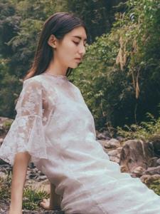 深山内的蕾丝长裙气质美女素雅写真