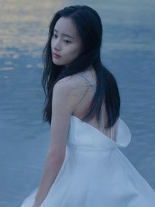 静谧海边礼裙玉背女神养眼写真