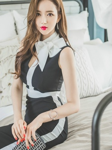 床上靓丽美模经典黑白裙脖子系蝴蝶结娇俏可爱