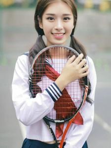 网球场上的双马尾校服少女活泼可爱