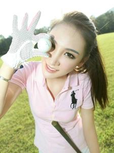 高尔夫美女球场打的欢乐无比兴奋