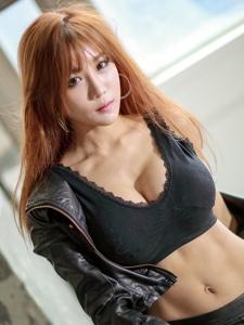 韩国性感大胸皮裤美女撩人气质艳丽十足