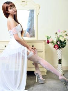 白裙女神吊带情趣白丝高跟美臀诱人