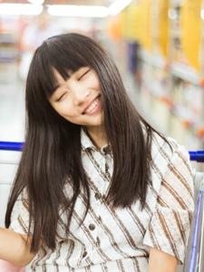 推車內的可愛素顏妹子純真笑容燦爛