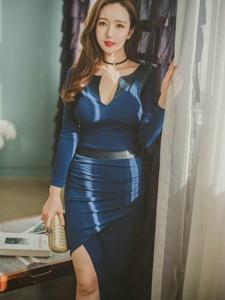 窗帘美模深蓝裙腰身柔软纤细隐约露微乳