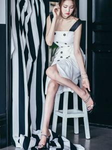 脱鞋美模端坐在凳子上优雅知性养眼迷人