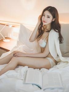 酒店内的清晨苏醒美模在床上看杂志