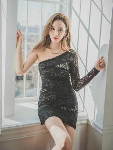 窗台高抬腿美模斜肩蕾丝透视裙美胸藏不住