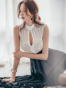 朦朧的性感開胸美模裙裝飄逸赤腳坐在桌上