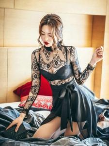 红唇美艳美模蕾丝飘逸裙跪在床上妩媚动人