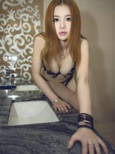 浴室窗簾碎花內衣美女巨乳誘惑眼神勾魂