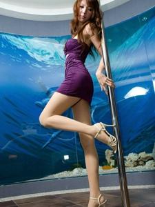 Jill紫裙美腿妹子钢管妖娆舞步能否打动你的心