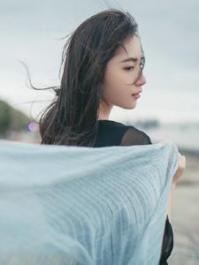 气质黑裙美女随风秀发漂亮侧颜无敌