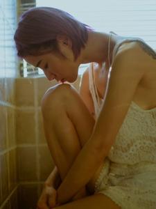 浴室内的另类个性少女浴巾遮体孤独写真