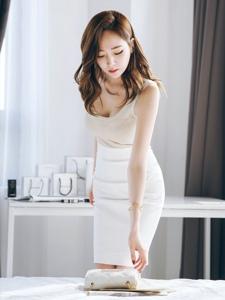 低頭模特拿包露乳溝白皙肌膚柔軟鮮嫩