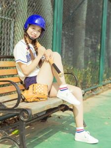 棒球元氣少女英姿颯爽笑臉迷人