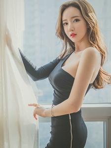 窗帘美模斜肩黑裙体态丰腴优雅高贵