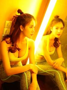 运动型美女卫生间秀姣好身材