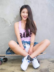 滑板美女青春活力露长腿笑容灿烂