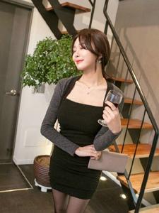 客厅内小脸美女模特抹胸裙露锁骨不见胸品味红酒