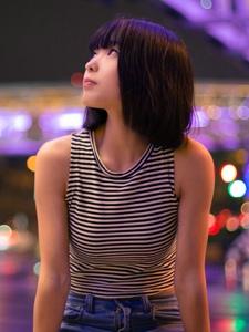 夜晚街头上的背心牛仔裤少女寂寞写真