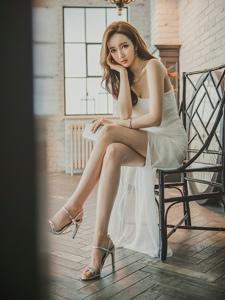 灯光下斜肩纱裙美模微笑迷人仙气足