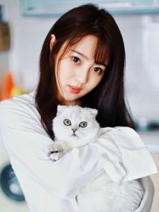 私房衬衫养眼妹子与猫咪相伴