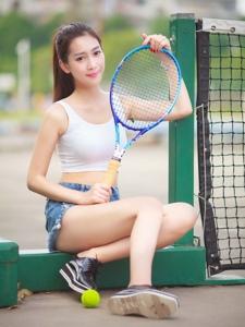 高马尾小清新妹子校园操场上打棒球