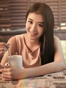 咖啡屋里与清纯氧气女神共度浪漫午后